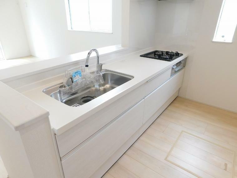 キッチン 【施工例】作業スペースを多くとったオシャレなキッチン。夫婦そろってキッチンに立っても調理がしやすくゆとりある広さ。収納豊富で使いやすいキッチン