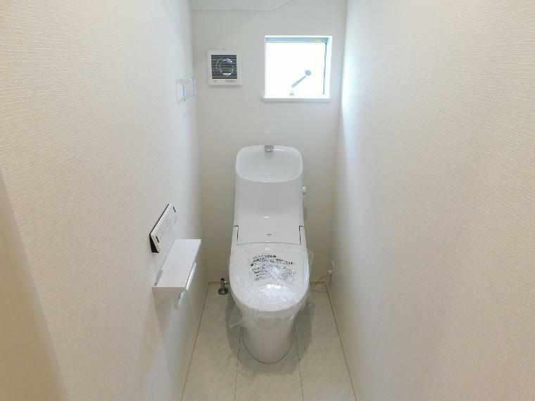 トイレ 【施工例】忙しい朝の時間帯も安心の1.2階ウォシュレット付トイレ。