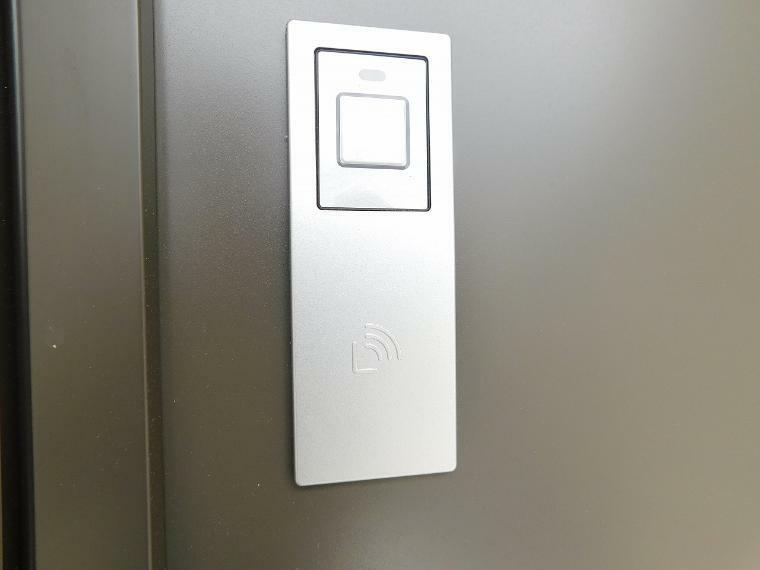 防犯設備 【施工例】タッチキー!!  リモコンキーをバックやポケットに入れておけば、ドアのボタンを押すだけで開錠するワンタッチスタイル。
