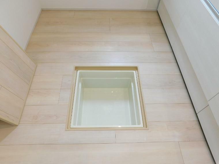 キッチン 【施工例】重さ70kgまで収納できる床下収納