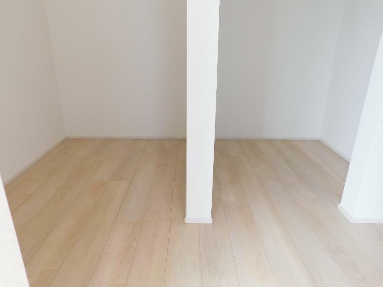 居間・リビング 【施工例】室内はシンプルな仕様となっており、それぞれの好みに合わせたインテリアで、趣味に合わせてレイアウトしやすくなっております。