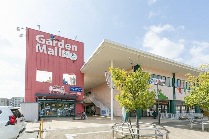 ショッピングセンター 徒歩11分(約820m)。スーパー「フレンドマート」やドラッグストア、100円ショップなどの買物施設をはじめ、レストラン、医療施設、学習塾、保育施設など、多彩な施設が揃っています。