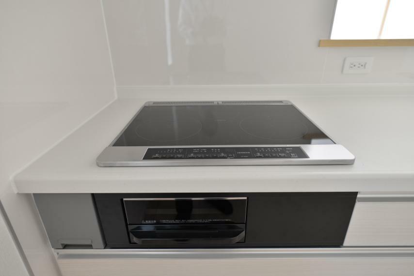 キッチン 〈13号棟写真〉 IHクッキングヒーターは、火が出ないのでお料理初心者でも安心!凹凸が少なくお手入れもしやすいです。