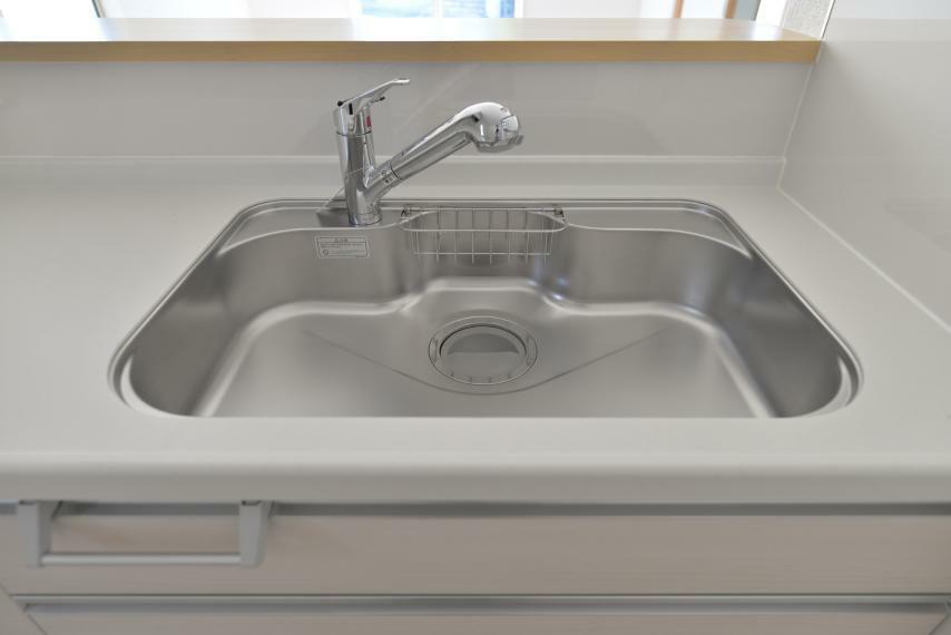 〈13号棟写真〉 クリアな水が使えて内蔵型なので見た目もスマートな浄水器内蔵型ハンドシャワー。水栓は使い勝手の良い、取り外し可能なシャワーヘッドタイプです。