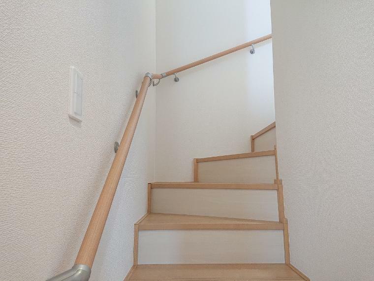 手摺付階段でお子様やご高齢の方でも安心して上り下りできます