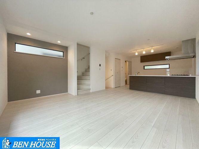 居間・リビング リビングの様子・リビングイン階段を採用していますので、ご家族の帰宅時やお出かけ時の様子を確認できます。子育てに配慮された設計です。・2階を占有したLDKで ご家族皆さまでゆったり過ごせますね