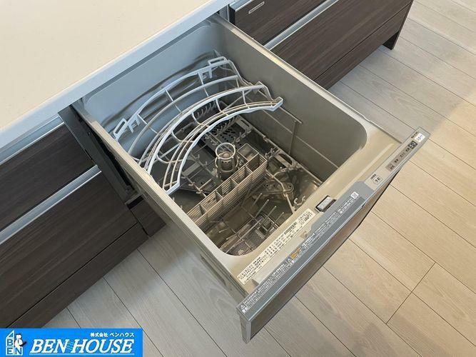 キッチン ビルトイン食洗機付きシステムキッチン・手洗いよりも節水・節約が可能な食洗器付き。パワフルな洗いで汚れも綺麗に落とします。・お片付けの時間も短縮でき、食後のご家族とのお時間も増えますね