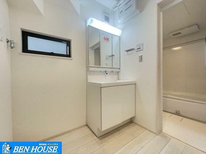 洗面化粧台 ・白を基調とした清潔感のある洗面台。・鏡は三面鏡になっており、鏡裏にも収納が出来ます。・何かと小物が増えてしまう洗面周辺をスッキリと利用できますね・いつでも現地へのご案内可能です