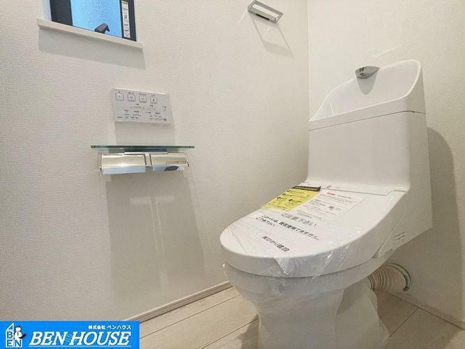 トイレ ・シャワー洗浄機能付のトイレは、清潔感が印象的な空間ですね。・リモコンは壁掛けタイプで、お手入れもしやすいですね。・充実の仕様・設備で販売中・いつでも現地へのご案内可能です