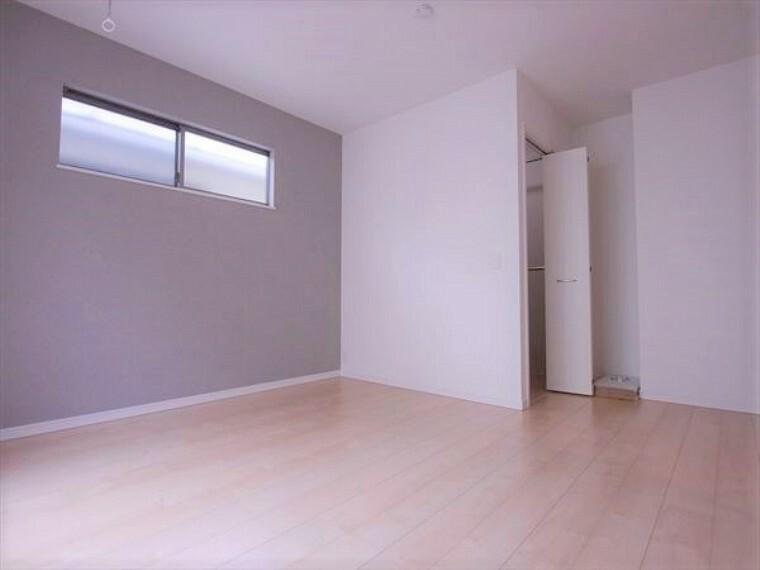 洋室 大きめのベッドを置いても、まだゆとりが持てる大きさ。