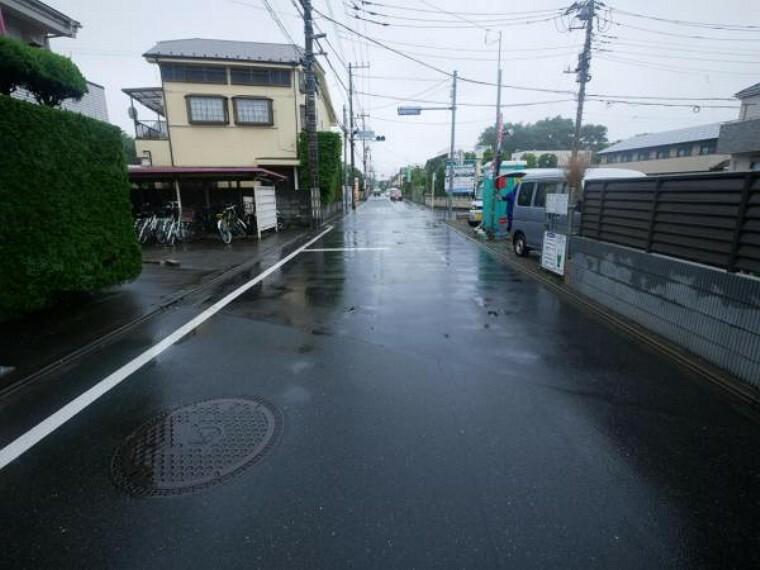 現況写真 前面道路は幅員5.9m×8.79mと広々です。お車の駐車も切り返すことなく行なえそうですね。