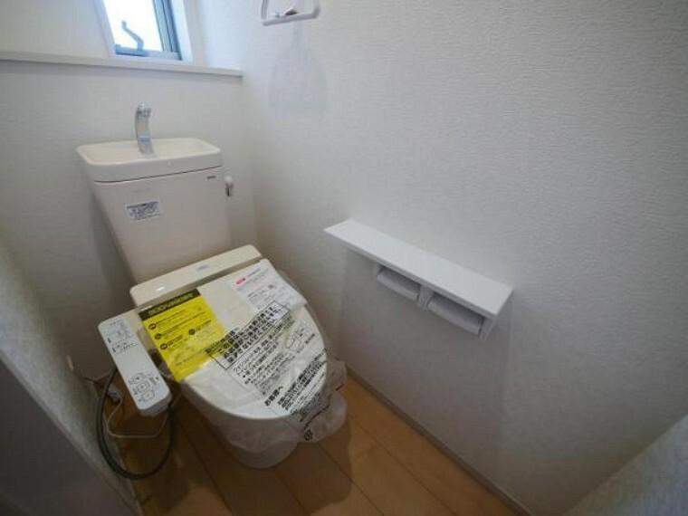 トイレ 白を基調とした清潔感溢れるトイレ空間です。ホッと一息出来る大切な場所だからこそ拘りました。使い心地もしっかり追求した先進のトイレです。(トイレ施工例 )