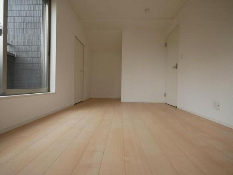 洋室 全居室2面採光の設計になります。温かい陽光と心地良い清風がお部屋全体に舞い込んできます。居心地良い室内空間を実現します。(洋室施工例)