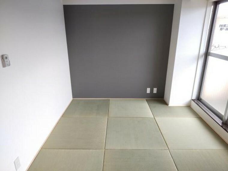 居間・リビング リビングに隣接する和室です。畳は琉球畳に交換致しました。