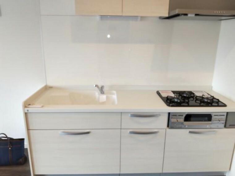 キッチン キッチンは新品のシステムキッチンに交換しました。前面収納引き出しタイプですので調理器具等も楽に見つけられます。食洗器も付いてます。