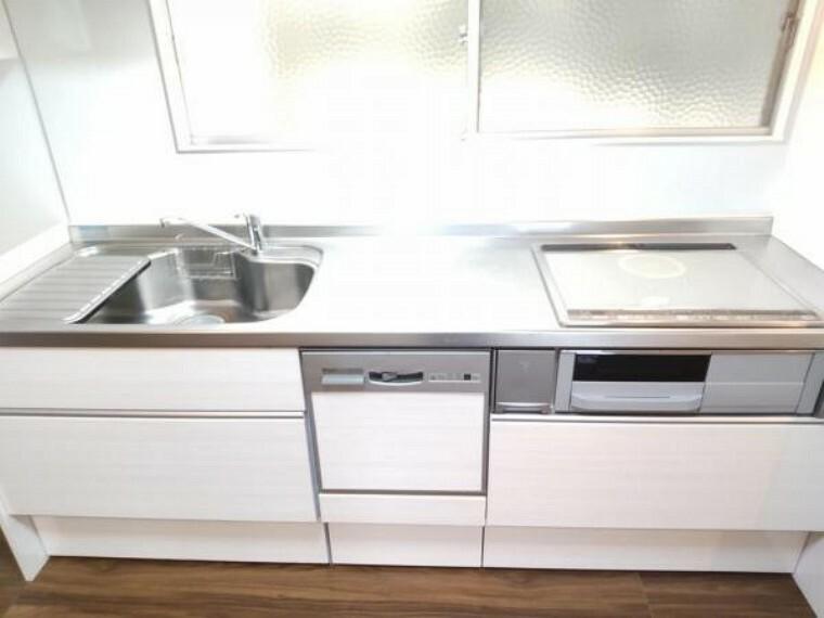 キッチン 【リフォーム済】キッチンはIHでステンレス仕様になっています。引き出しには一升瓶や銅鍋のような背の高いものも収納できます。