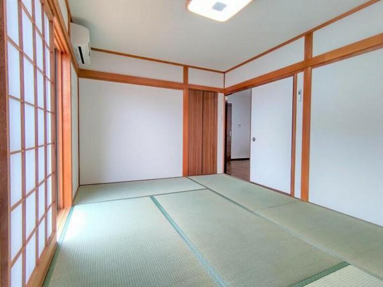 【リフォーム済】和室の写真です。【同仕様写真】畳は表替えを行います。イグサの香りに癒されながらごろ寝が出来る和の空間は小さなお子様にもご年配の方にもくつろぎの場になるので1室あると嬉しいですね。