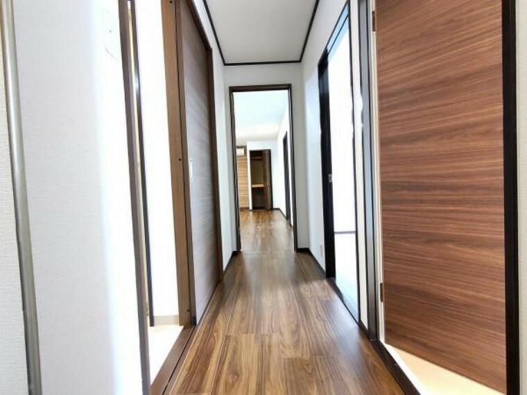 【リフォーム済】玄関から見た廊下です。正面がリビング、右手が洋室、左手に脱衣所・トイレと使い勝手のよい動線になっています。