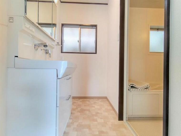 洗面化粧台 【リフォーム済】脱衣所です。クロスを張替え、床は素足にやさしいクッションフロアで仕上げています。