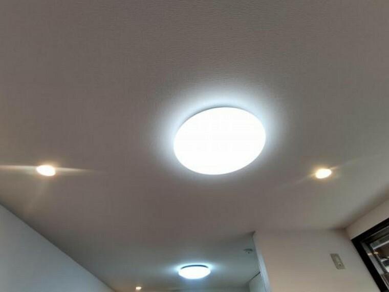 【設備写真】各居室の照明器具は新品交換しました。照明器具は設置した状態でお引渡しを致しますのでお客様が別途ご購入いただく必要はございません。