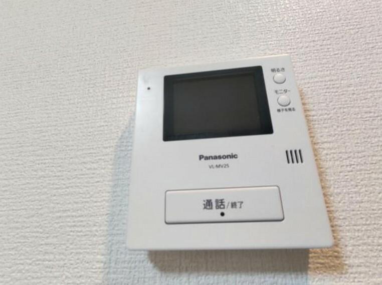 【設備写真】ドアホンはカラーモニター付き。リビングに設置のモニターで玄関にいらしたお客様を確認してから応対できます。留守中の来客も記録できるので防犯面でも安心ですね。