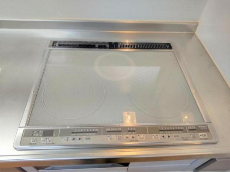 キッチン 【設備写真】キッチンは3口コンロなので同時進行で調理可能。大きなお鍋を置いても困らない広さです。火を使わないので小さなお子さんがいるご家庭では安心ですね。