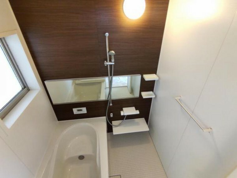 浴室 【リフォーム済】浴室の写真です。浴槽には滑り止めの凹凸があり、床は濡れた状態でも滑りにくい加工がされています。