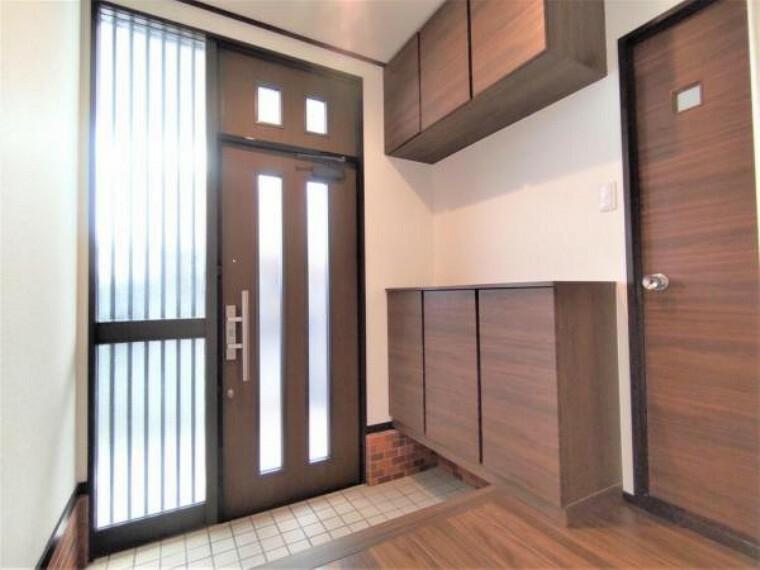 玄関 【設備写真】シューズボックスはこのような取っ手がないスッキリとしたデザインです。内部は可動棚になっているので、ブーツなどの高さのある靴も収納できますよ。