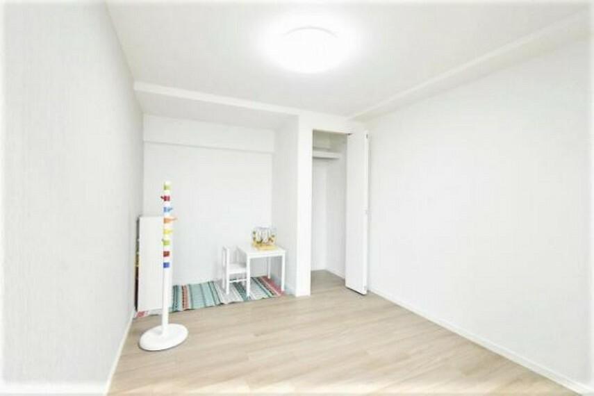 洋室5.6帖。白を基調とした清潔感あるお部屋です。