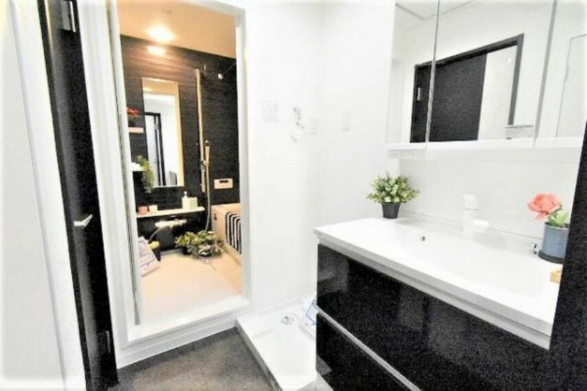 洗面化粧台 開けると大容量の収納、閉めると3面鏡で見た目もすっきりです!