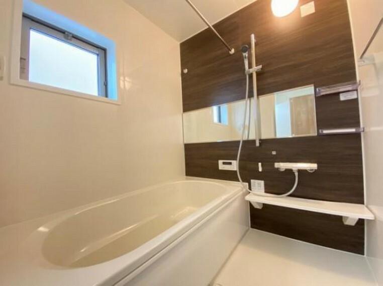 浴室 無駄を無くした新形状でしっかり節水。くつろぎの入り心地を実現した『らくエコ浴槽』を採用!床はクリーン床を採用しており、お風呂掃除が楽に行えます。