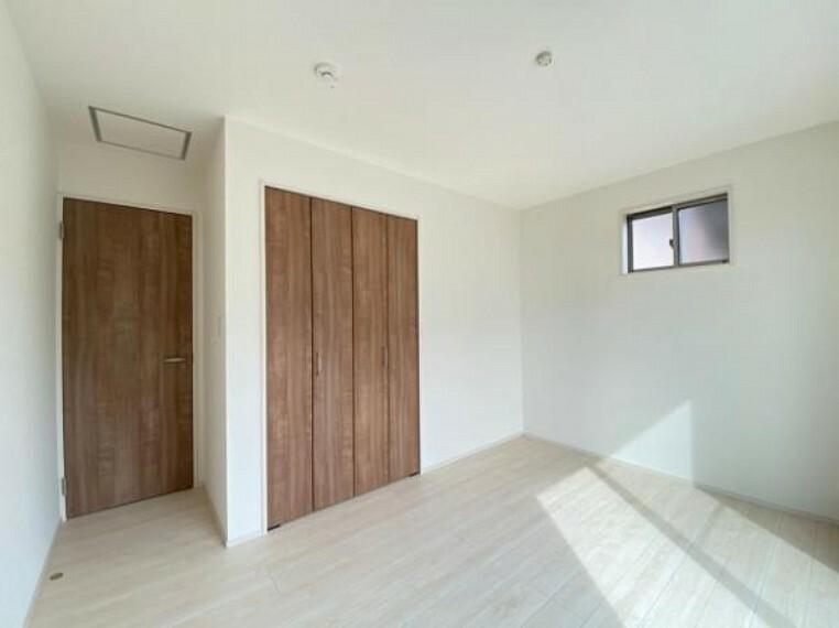 寝室 子ども部屋や寝室に用途多彩な明るい洋室