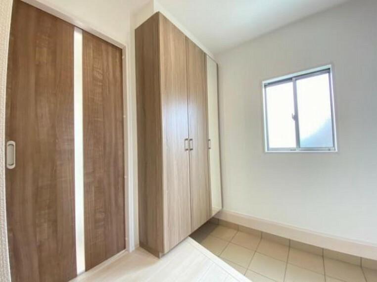 玄関 素敵なデザインの玄関ドアは、断熱性に優れた省エネ仕様