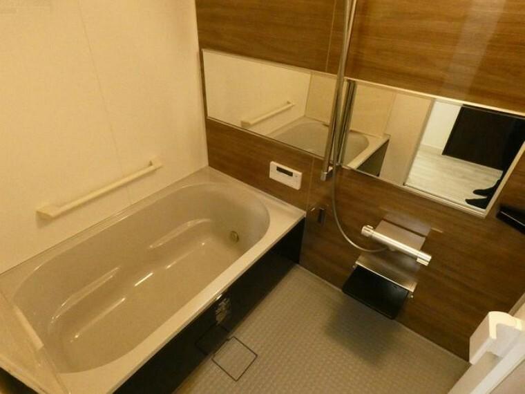 浴室 ゆったり落ち着いた雰囲気のバスルーム。浴室換気乾燥器もついて、急なお洗濯物が発生しても安心ですね。