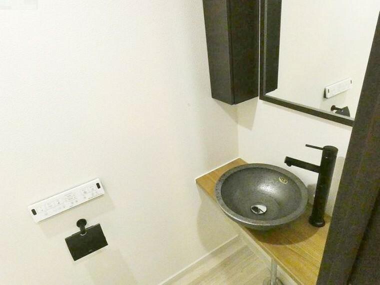 洗面化粧台 トイレ内に洗面あり。大きめのミラーと収納スペースもございます。