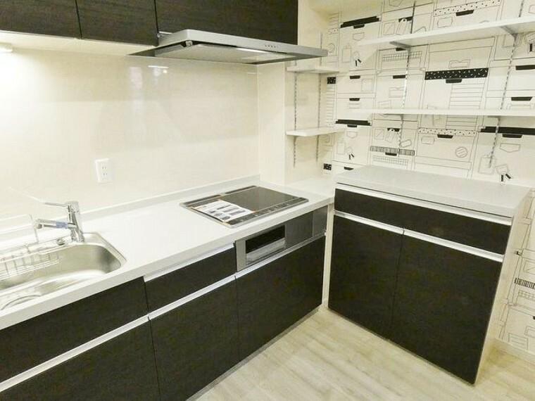 キッチン カウンターシェルフと上部に収納があるので、ゆとりのある空間で家事もしやすいです