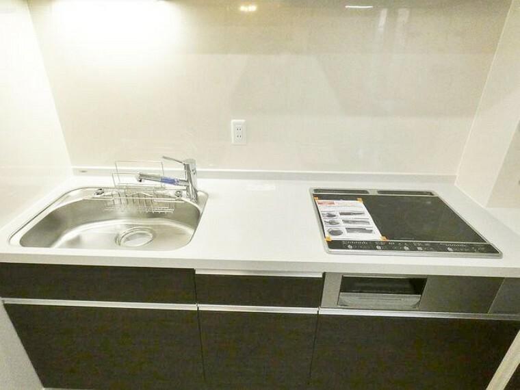 キッチン 2口のIHコンロ搭載。大きめのシンクで作業もしやすいですね