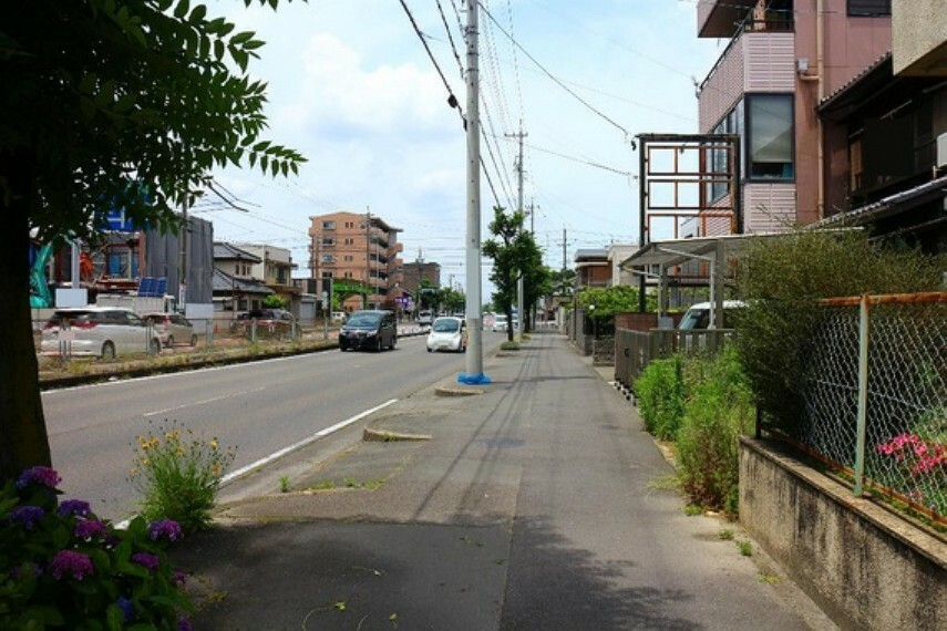 現況写真 歩道付の道路や落ち着いた街並みが暮らしやすそうですね。
