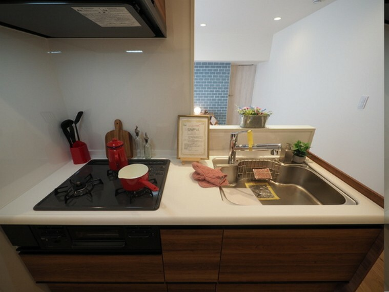 キッチン 人気の対面式キッチンを採用。キッチン置くに食器棚を造作しました