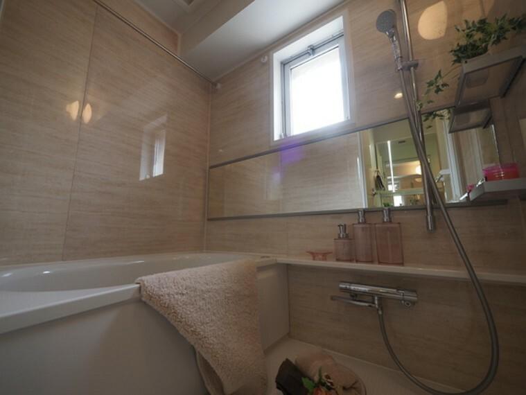 浴室 足をのばしてくつろげる浴室サイズ。追焚機能付きで長時間の入浴も可能です