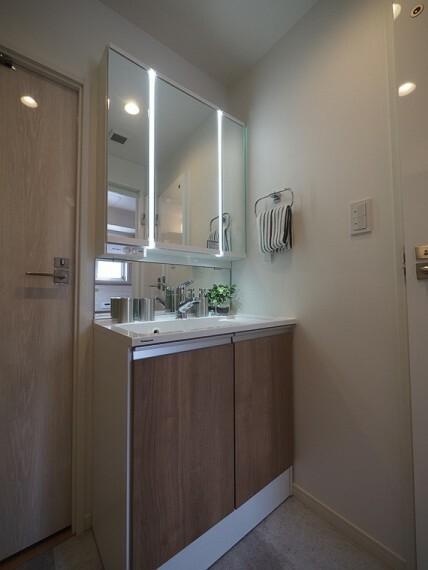 洗面化粧台 縦に配置された照明はお顔に影をつくりにくく、お化粧などもしやすいです