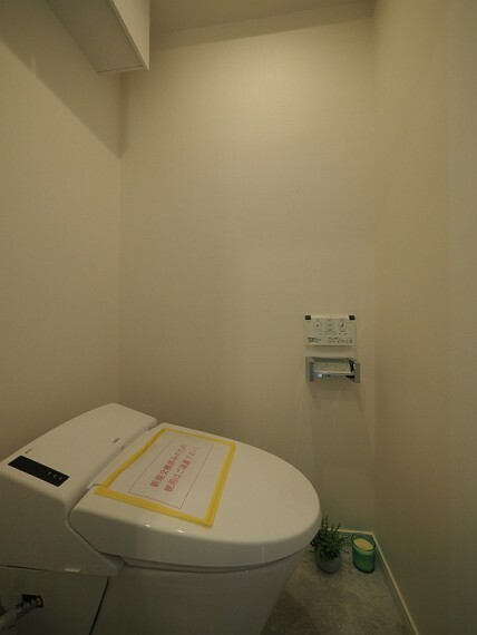 トイレ コンパクトでスタイリッシュなタンクレストイレ。お掃除もらくらくです