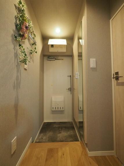 玄関 シューズボックスの扉に鏡が取り付けられており、お出かけ前の身だしなみチェックもばっちりです