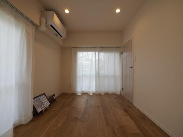 子供部屋 明るい陽光と心地よい風が通り抜ける2面採光の洋室。空気の入れ替えもスムーズに行えます