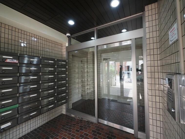 エントランスホール セキュリティ面に配慮し、オートロックと防犯カメラが完備されています