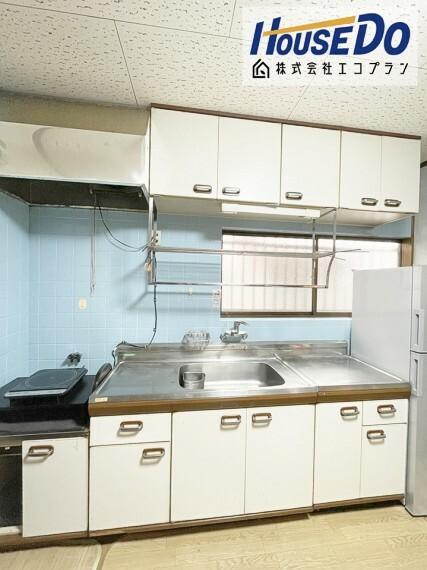 キッチン お子様と2人で立っても余裕な広々としたキッチンです  壁付けキッチンなのでお料理に集中できますよ! サイズと動線は主婦目線で確認してください  収納も沢山あるので、今のお家と比べてください!