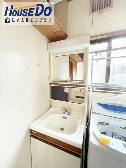 洗面化粧台 ゆとりの洗面スペースで 朝の身支度もスムーズに  収納スペースもしっかりあるので、 洗剤の買い置き等重宝しますね