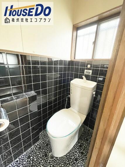 トイレ 背面に窓がついているので 光を沢山取り入れることのできる明るいトイレになっております  換気もできて清潔感が保てますね