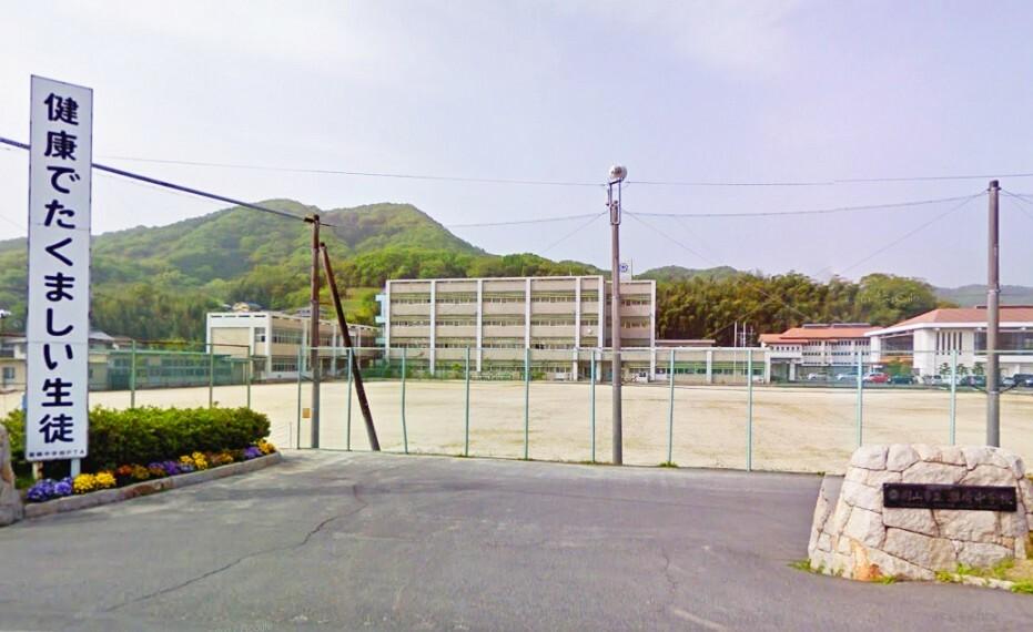 中学校 生徒数は約389名、教員数は約30名です!中学では珍しい茶道部があります