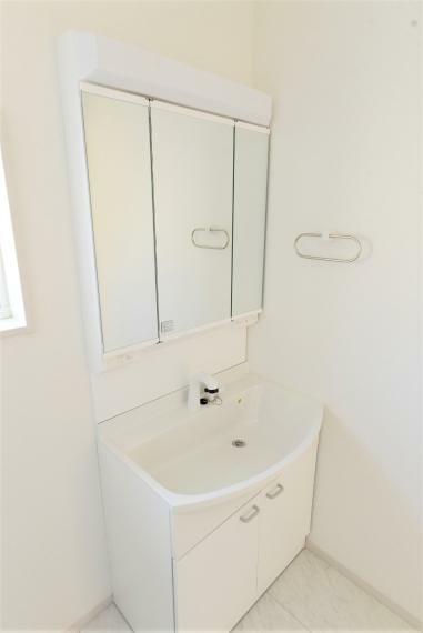 洗面化粧台 (同仕様例)お手入れしやすいシャワー機能付洗面化粧台で、気持ち良く一日をスタート。